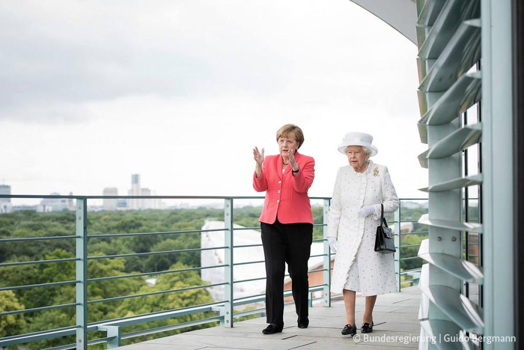 Bundeskanzlerin Merkel und die Queen auf dem Balkon des Kanzleramts. Die beiden Damen unterhielten sich anschließend gut eine halbe Stunde unter vier Augen.