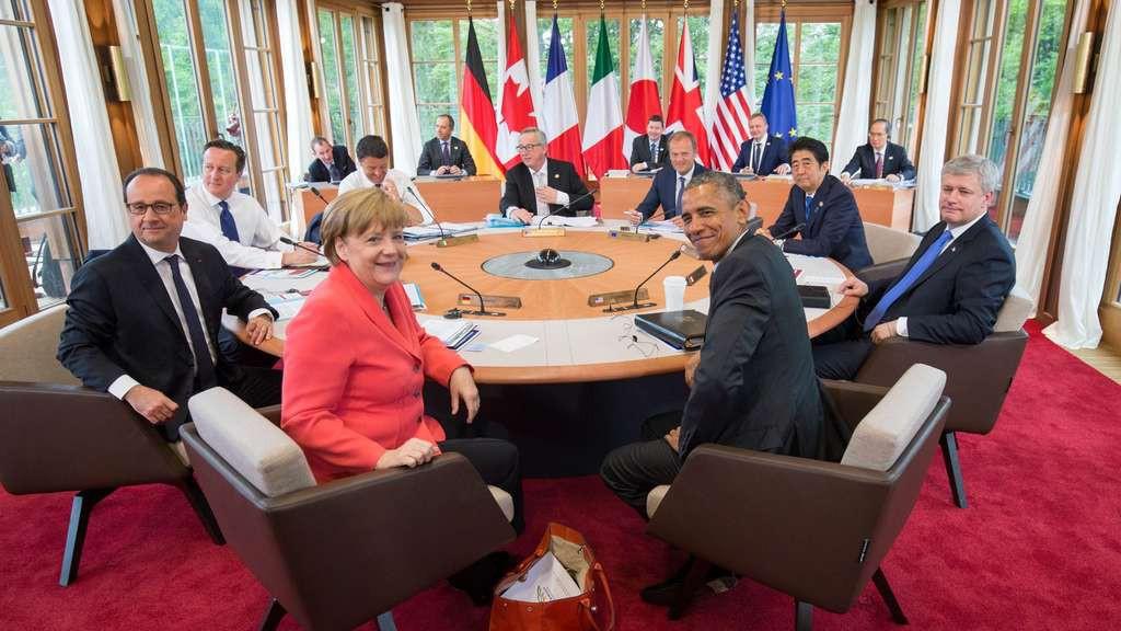 Tagung der Mächtigen: die Staats- und Regierungschef im Besprechungsraum, der eigens gebaut werden musste.  © dpa