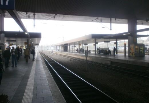 Volle Bahnsteige, leere Gleise.