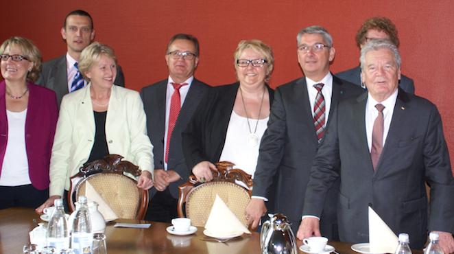 Gauck mit haupt- und ehrenamtlichen Helfern im Rathaus bei Bürgermeister Lutz Urbach. Foto: Fabian Felder