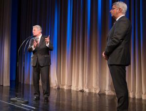 Joachim Gauck lobt Bürgermeister Lutz Urbach. Foto: Luis Rüsing
