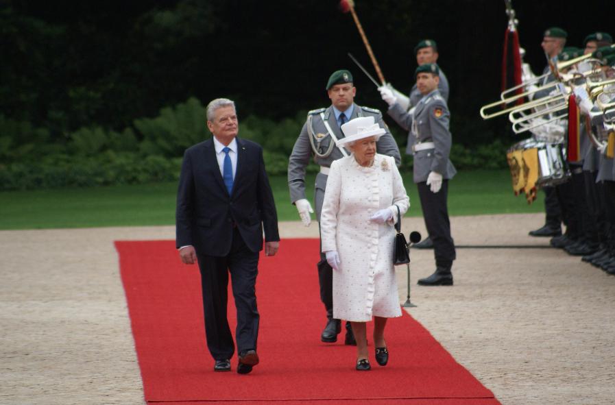"""Beim Abschreiten der 350 Soldaten aus den drei Teilstreitkräften Heer, Luftwaffe und Marine wird der """"Preußenmarsch"""" gespielt. Die Queen kennt diesen Marsch, da er auch von britischen Militärkapellen gern gespielt wird."""