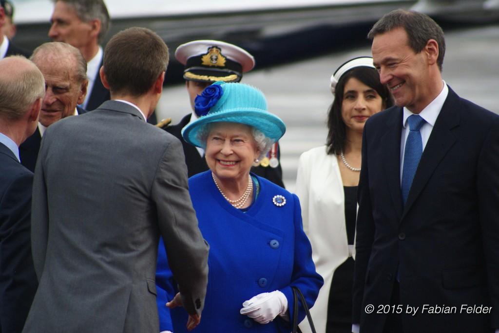Queen Elizabeth und der britische Botschafter in Deutschland, Sir Simon McDonald (r.) am Dienstagabend in Berlin.
