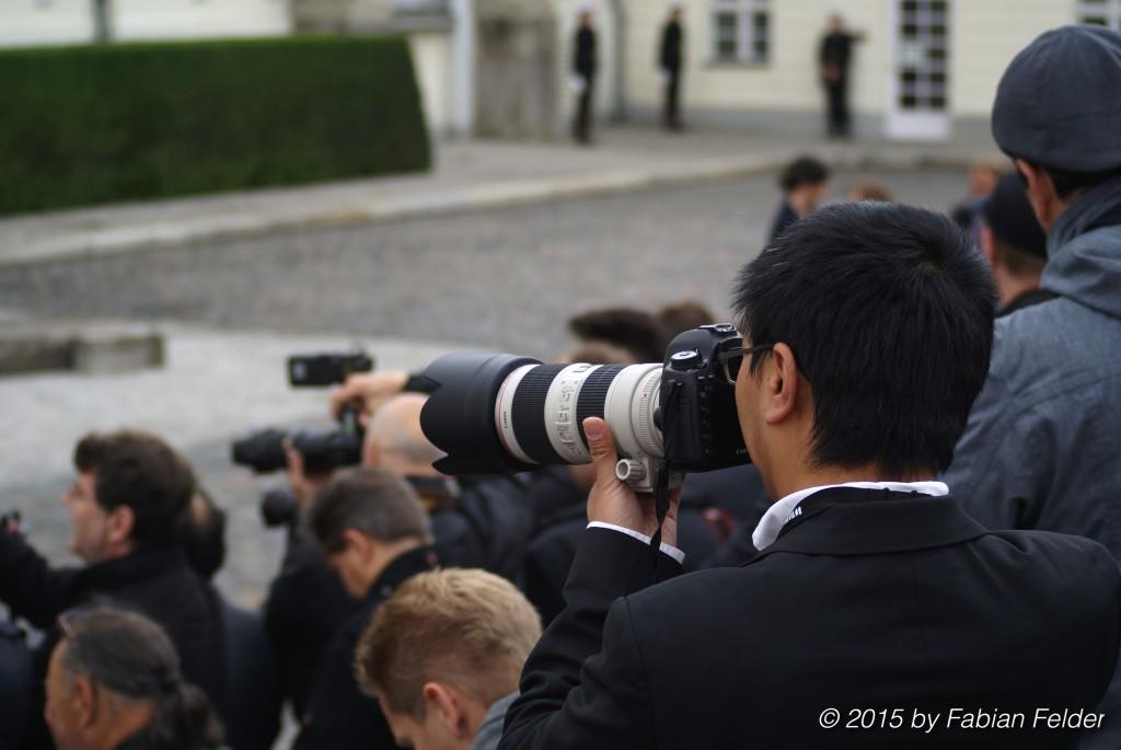 Das Presseaufgebot beim Empfang in Schloss Bellevue, wo die Queen zum ersten Mal zu gast sein wird, ist riesig. Journalisten liegen an diesem Tag mit der Anzahl der Polizisten gleichauf.