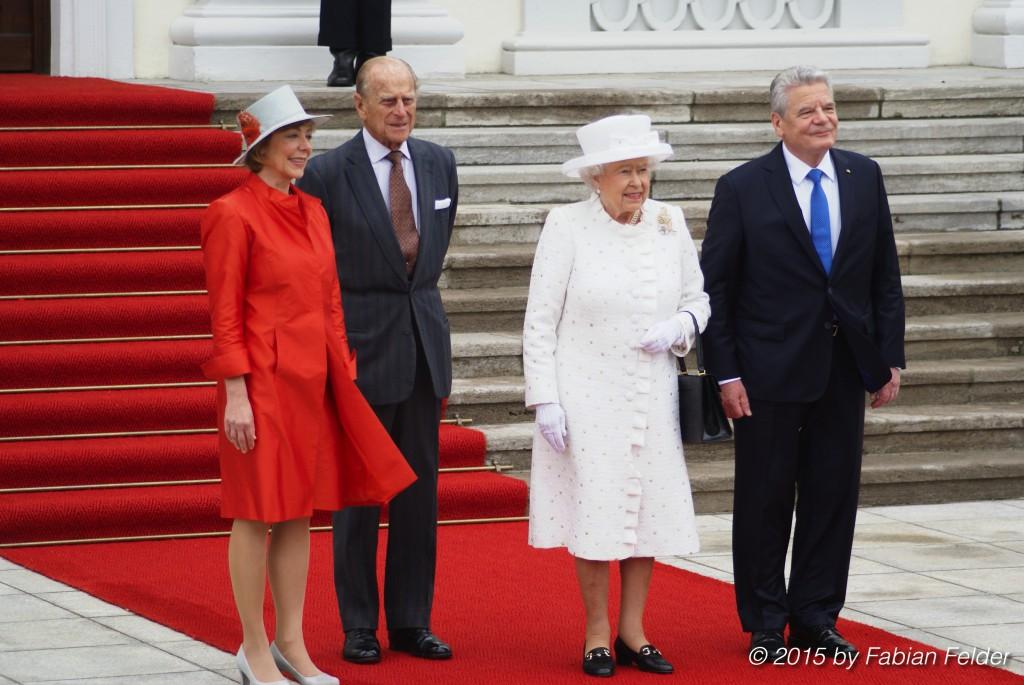 (v.r.n.l.) Gastgeber Bundespräsident Joachim Gauck, Ihre Majestät Königin Elizabeth II., Seine Königliche Hoheit der Herzog von Edinburgh und First Lady Daniela Schadt auf der Schlosstreppe posieren für Fotos.