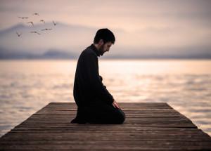 Ein Muslim betet am Meer. Auch er betreibt Dschihad. (Quelle: themuslimvibes.com)